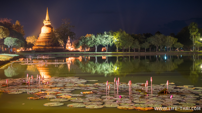 После заката ступы и храмы в Сукхотае красиво подсвечиваются
