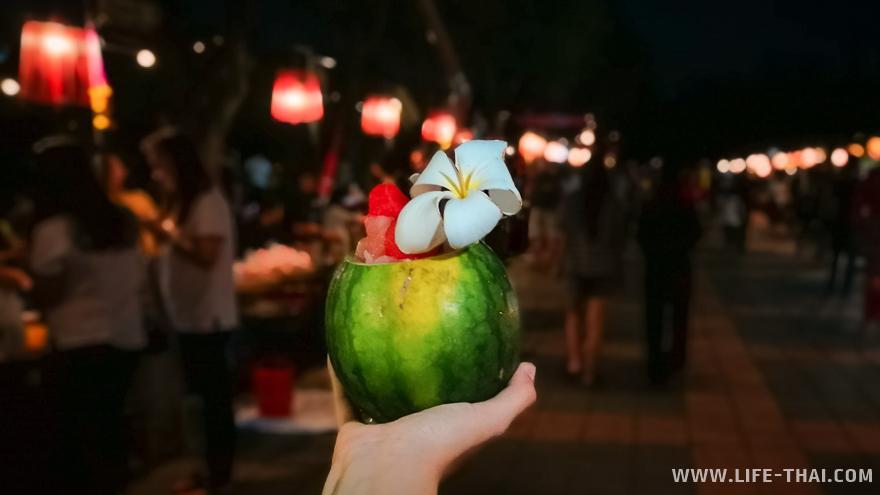 Такие красивые арбузные шейки прямо в мини-арбузиках делают на вечернем рынке