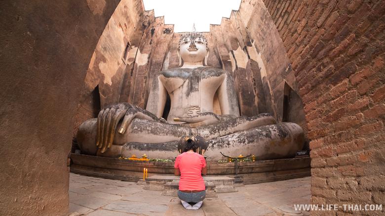 Ват Си Чум и огромная статуя сидячего Будды Пхра Ачана