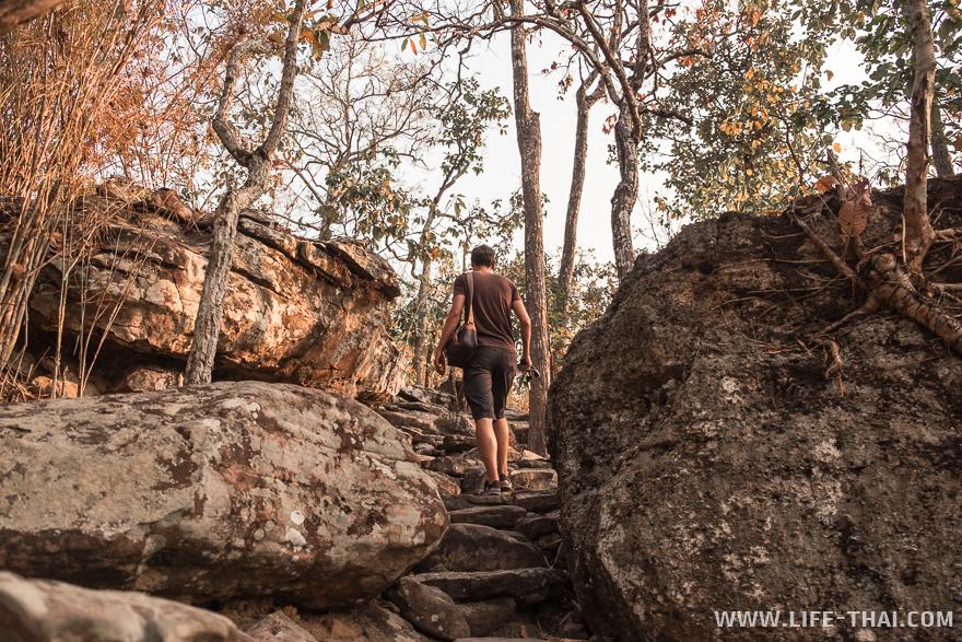 Игорь поднимается по каменным ступеням к Pha Sa Det