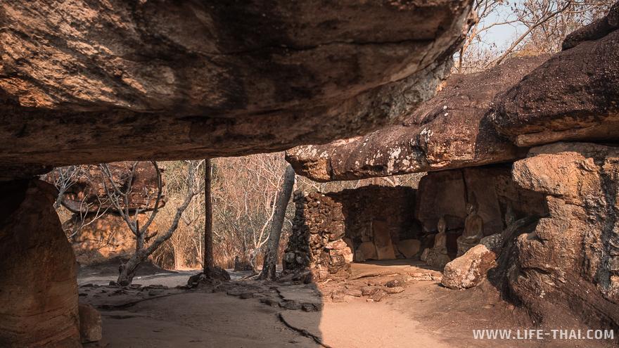 Статуи Будды в каменной пещере
