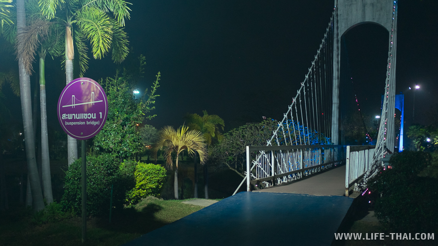 Один из мостов, соединяющий остров с сушей