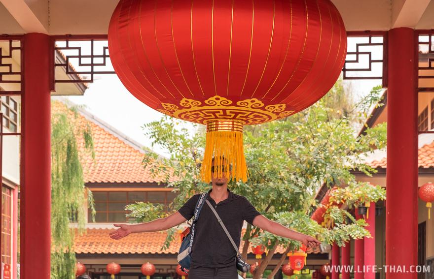 Огромный традиционный китайский красный фонарик на входе в культурный центр