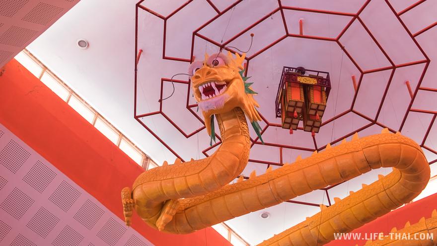 Золотой дракон под крышей