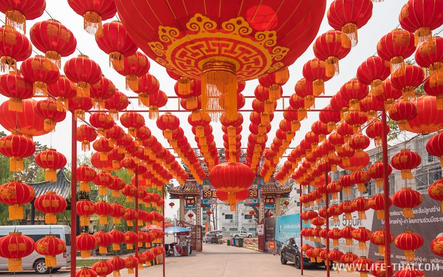 Туннель из китайских фонариков