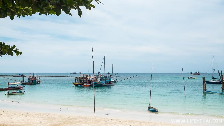 Вода на пляже Чалоклам хоть и прозрачная, но не для купания