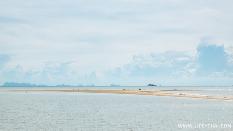 Песчаная отмель в море на Пангане во время отлива