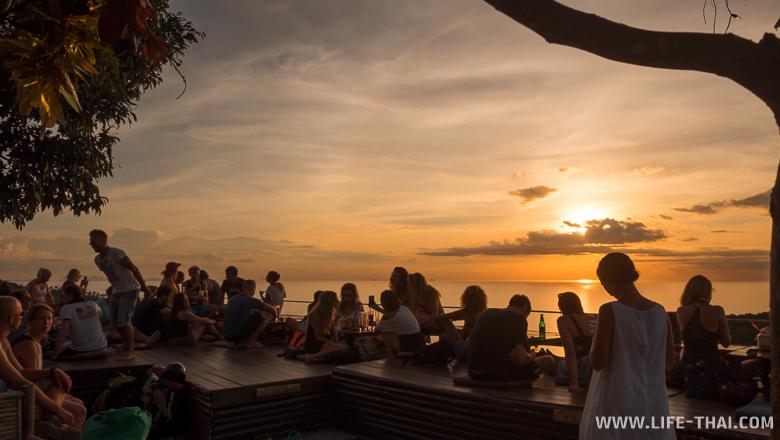 Встречаем закат в Bar 360, который находится над Utopia Phangan Resort