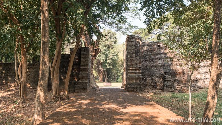 Пятиметровая стена для защиты города от нападений бирманцев