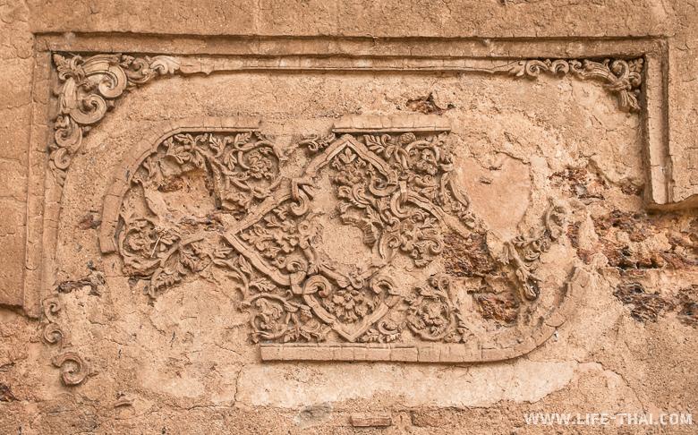 Рельефы, найденные на стене зала перед ступой