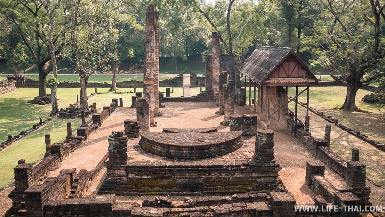 Зал перед ступой в храме ват Нанг Пхайя