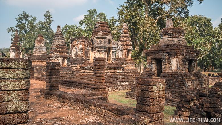 Храм ват Чеди Чет Тхео внушительных размеров