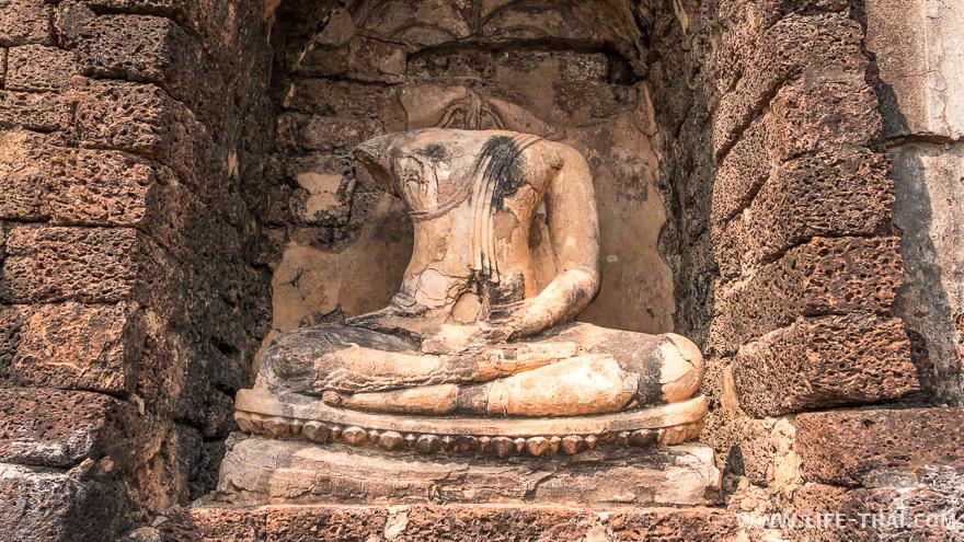 Обезглавленная статуя Будды в Си Сатчаналая