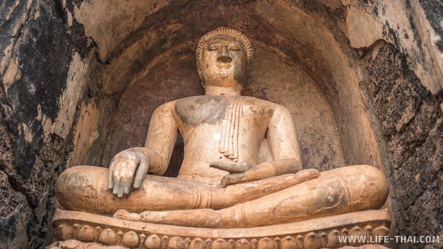 статуя Будды в Си Сатчаналая