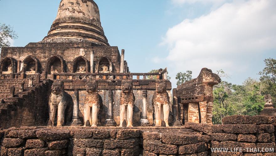 По периметру храма - слоны