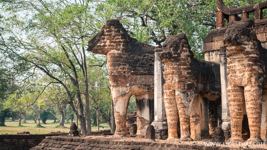 Полуразрушенные статуи слонов