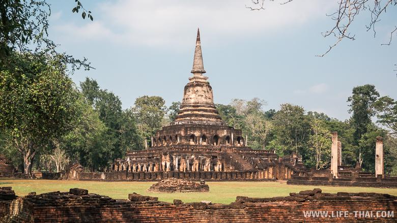 Ват Чанглом - чеди в цейлонском стилей, окружённая слонами