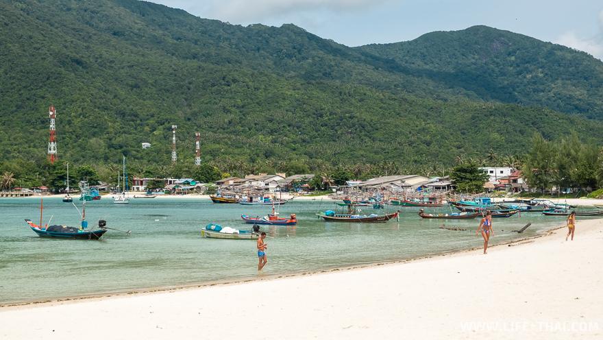 Справа от пляжа Малибу находится пляж Чалоклам и много рыбацких лодок