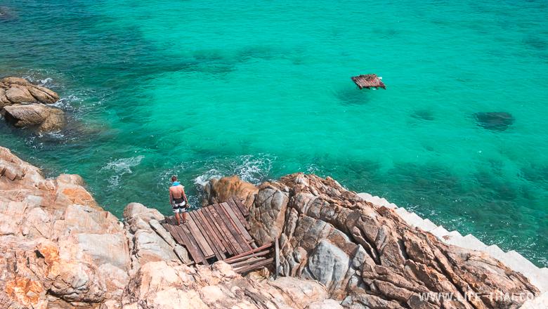 В Утопия резорт нет своего пляжа, зато есть деревянный помост, с которого можно нырять