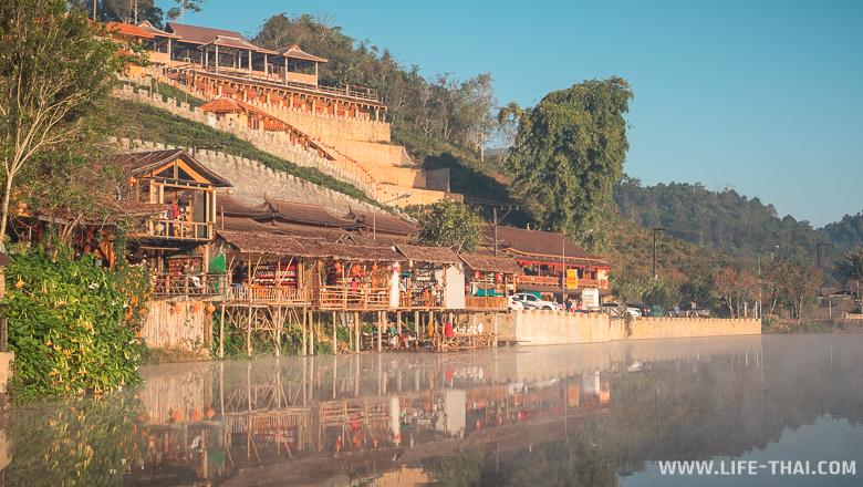 Ресторанчики на берегу озера в деревне