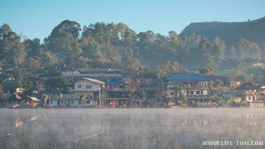 Цветные домики и туман на озере