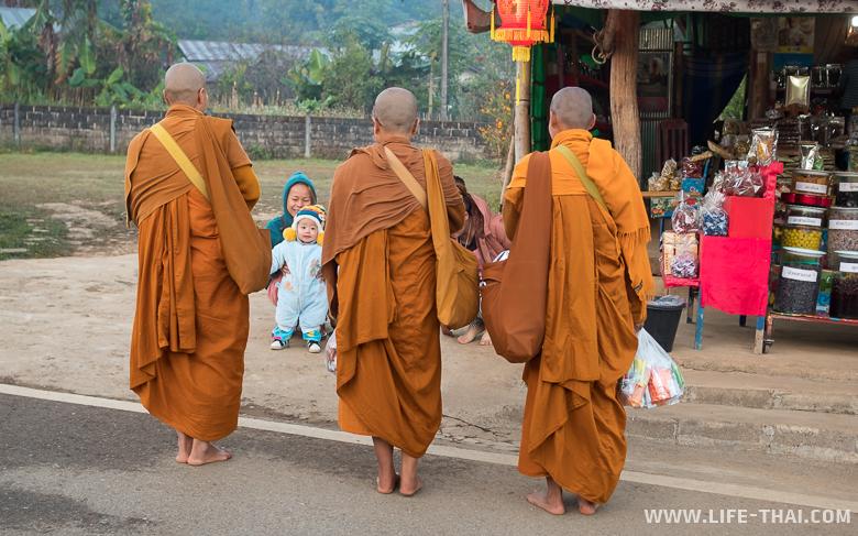 Монахи утром собирают подаяние в деревне Бан Рак Таи