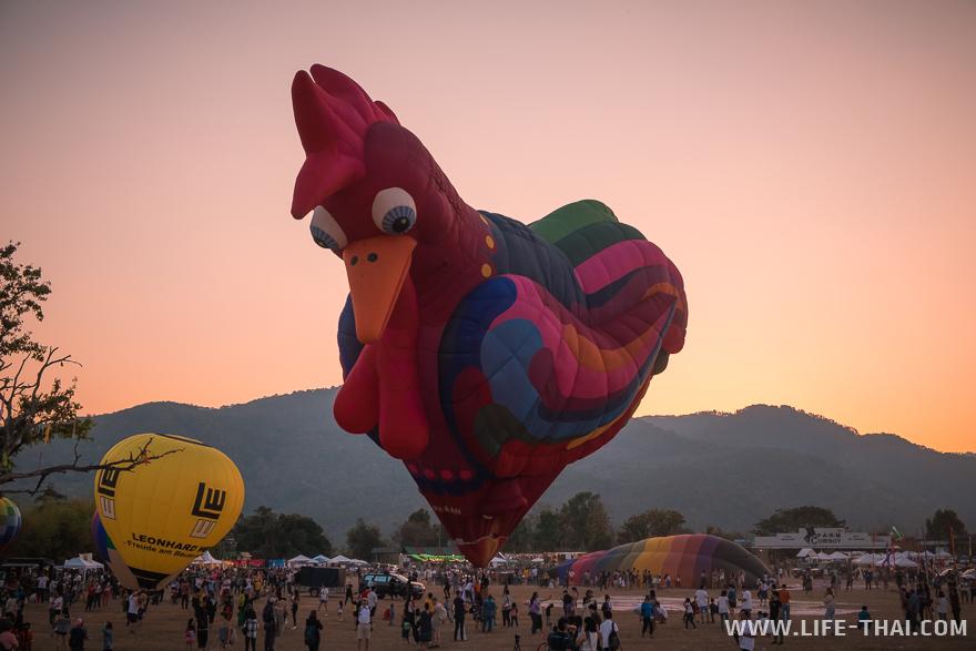 Огромный воздушный шар в виде петуха