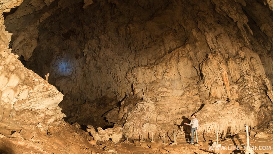 Игорь выглядит таким крошечным в масштабе пещеры