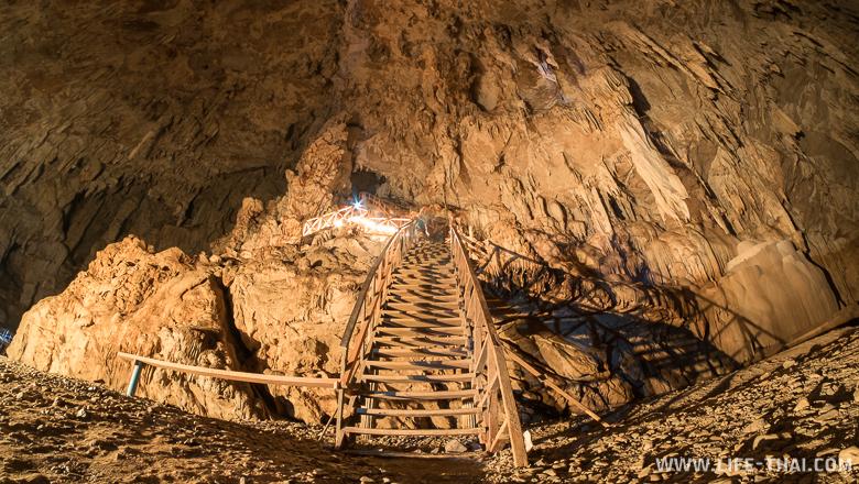 Лестница на второй уровень пещеры Тхам Лод