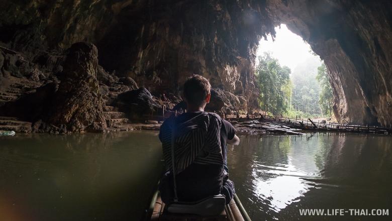 Игорь сидит на плоту в пещер Тхам Нам Лод