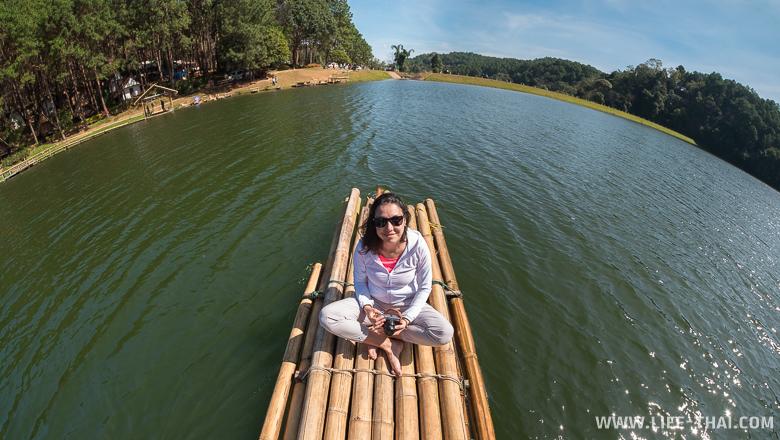 Катаемся на бамбуковых плотах по озеру