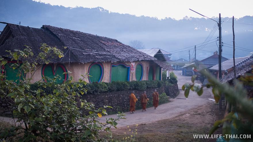 Три монаха на улицах Бан Рак Таи