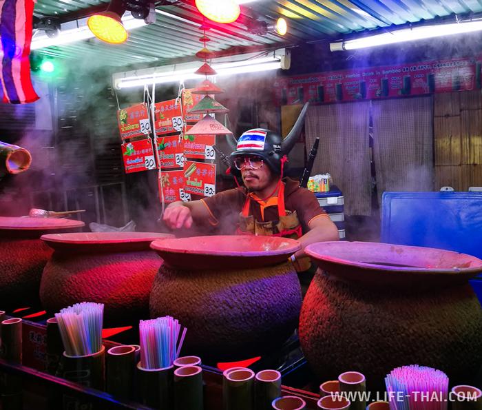 Горячий чай в чанах на вечернем рынке в Пае