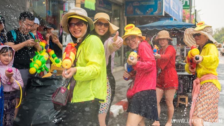 Китайские туристы празднуют Сонгкран