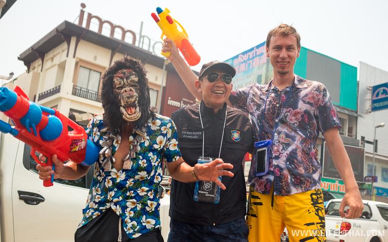 Игорь с гориллой и офицером туристической полиции