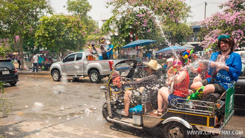 Туристы стреляют из водной пушки на Сонгкран