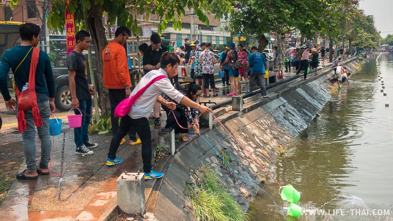 Особенность Сонгкрана в Чиангмае - обливание водой из речки