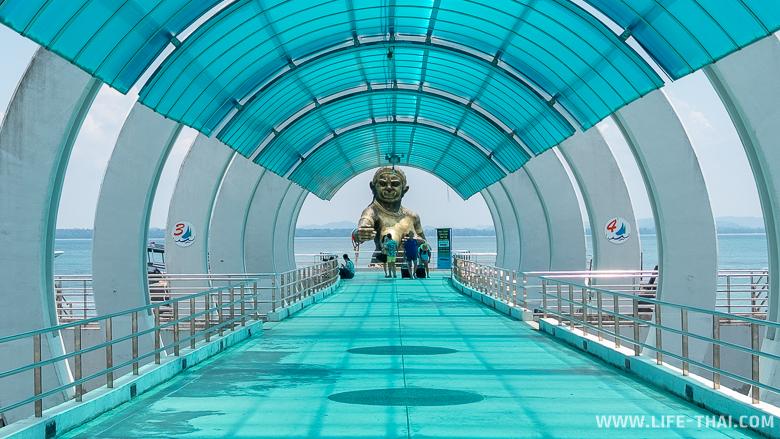 Что посмотреть на Самете: статуя Черной бабищи на главном причале острова