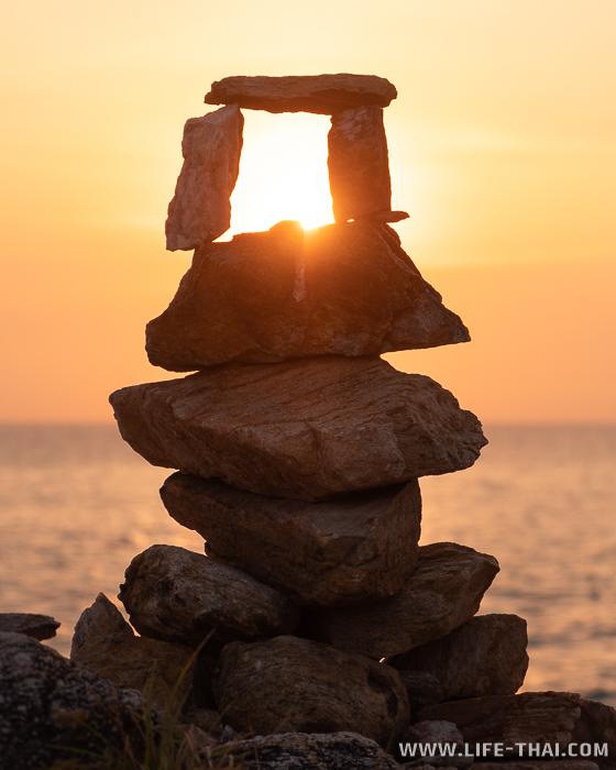 Достопримечательности ко Самеда: Балансирующие камни на самом южном мысе острова
