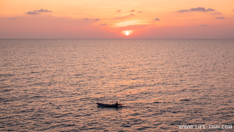 Море на Самете. Рыбак в лодке