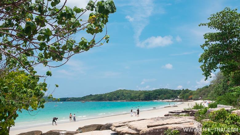 На таком пляже хочется отдыхать: чистый белоснежный песок и бирюзовая вода без волн