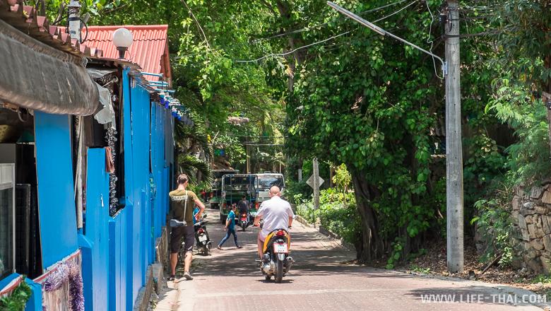 Дороги на острове Самет узкие, без обочин и пешеходных тротуаров