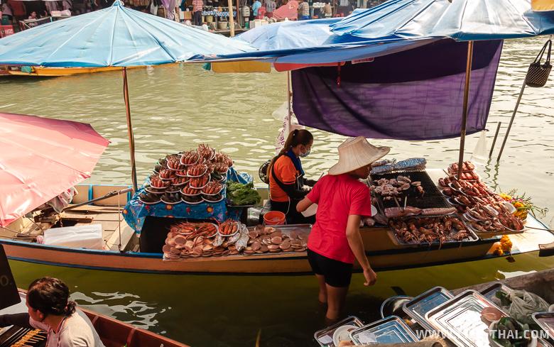 Еда на плавучем рынке в Ампхаве