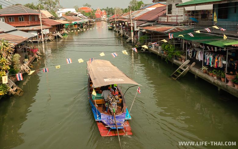 Плавучий рынок Ампхава около Бангкока