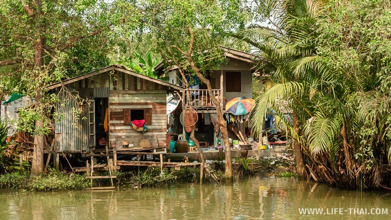 Популярный плавучий рынок Ампхава около Бангкока