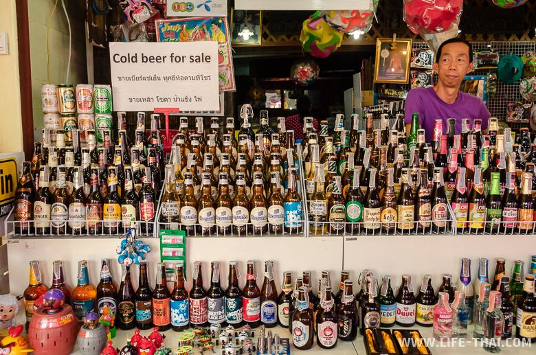 Много сортов пива на рынке в Ампхаве