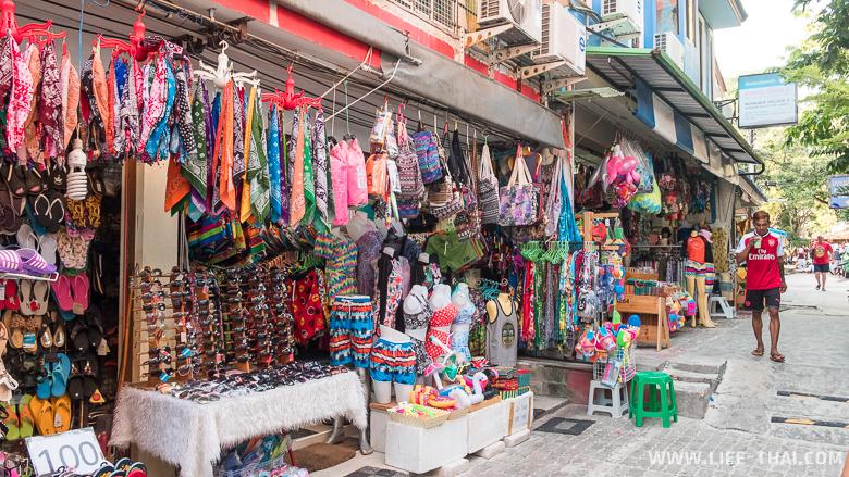 Улица с суверами, безделушками и всякими мелочами на главном пляже ко Самета