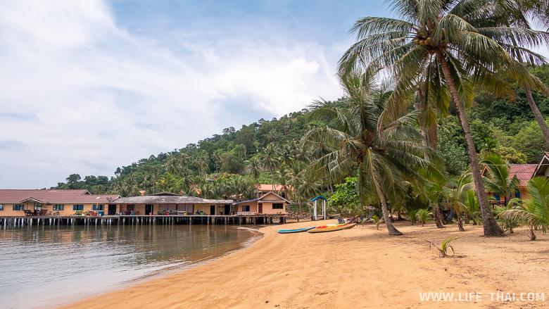 Пляж с желтым песком на ко Чанге