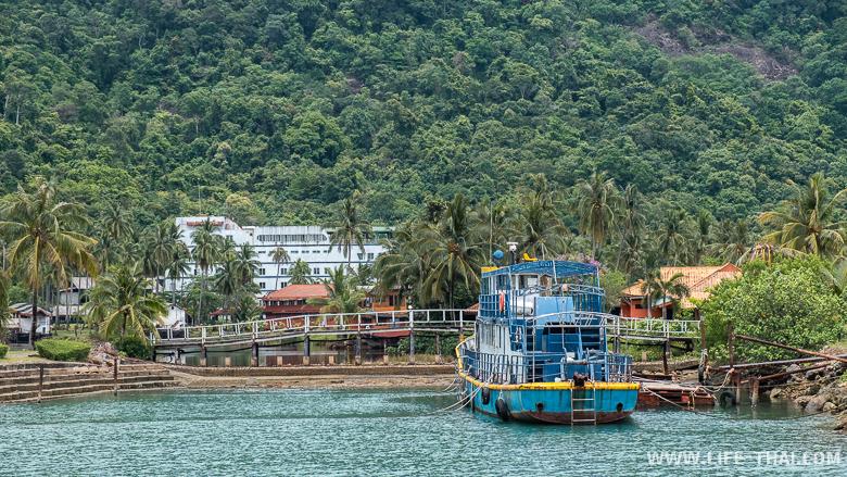 Заброшенный отель-лодка на ко Чанге
