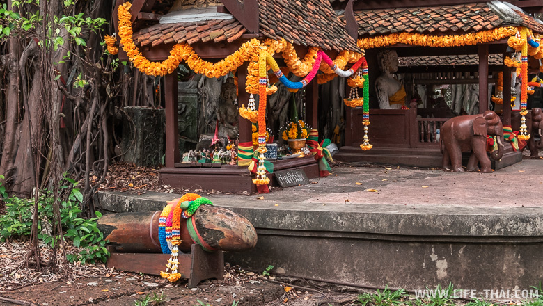 Здания и дома для духов в парке Древний город в Бангкоке